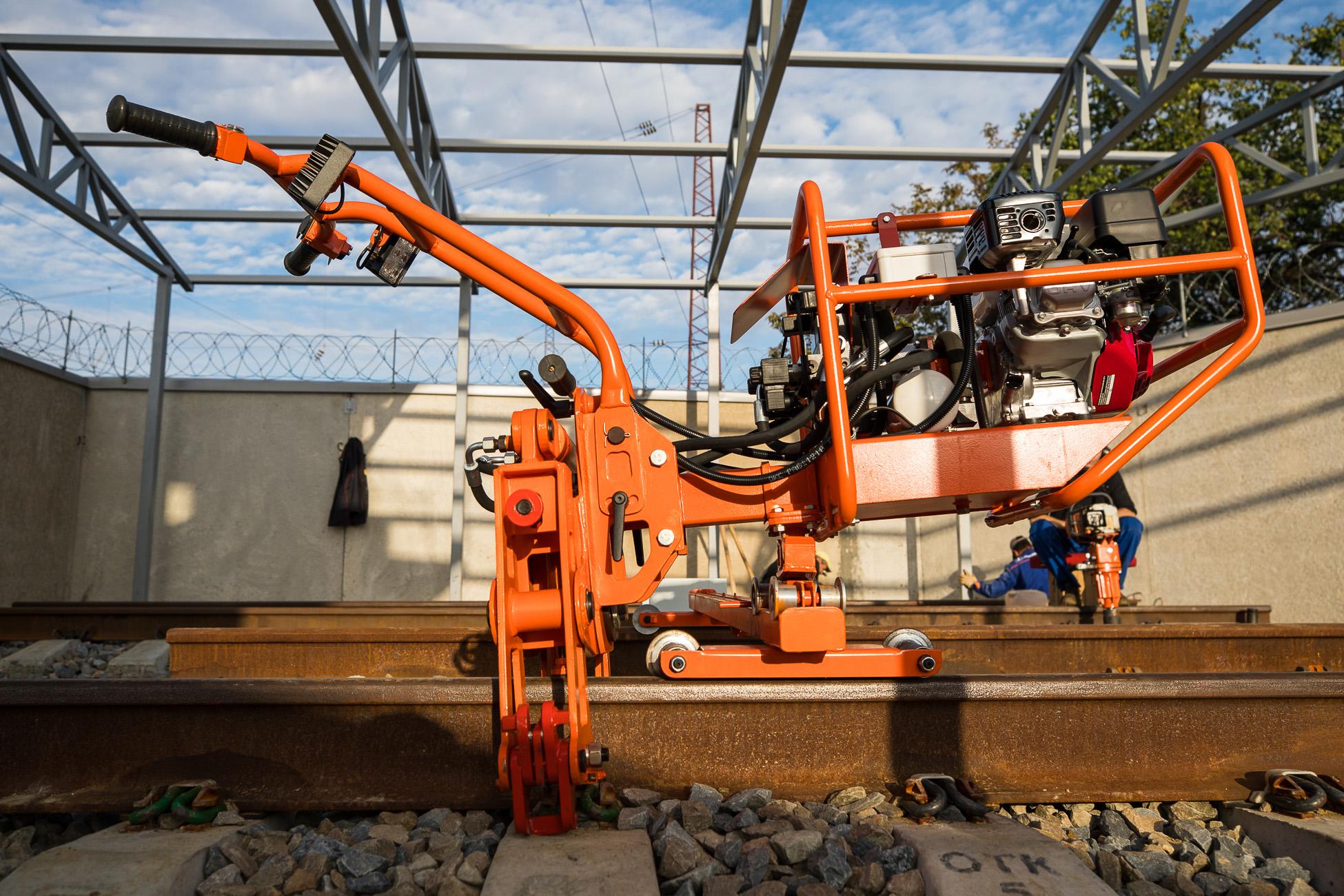 Машина ММД для обслуживания скреплений Пандрол-350 и работники РЖД