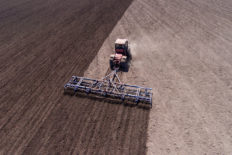 Культиватор с трактором в поле