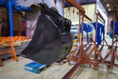 ковш экскаватора в производственном зале