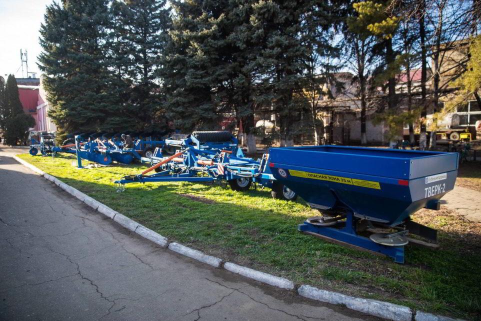 экспозиция сельхозтехники завода Кубаньжелдормаш